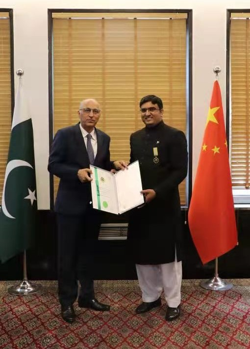 Two Pakistanis receive Civil Awards forserves in Wuhan during COVID-19