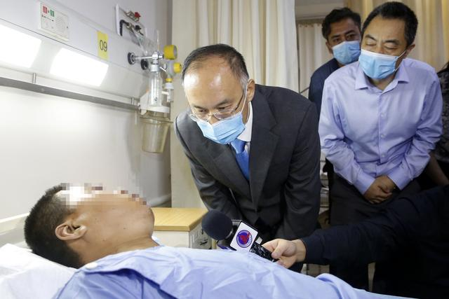 Chinese ambassador to Pakistan visits injured Chinese nationals from blast